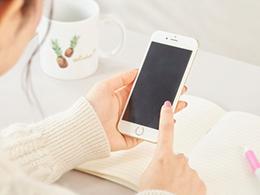 iPhoneを使用する女性